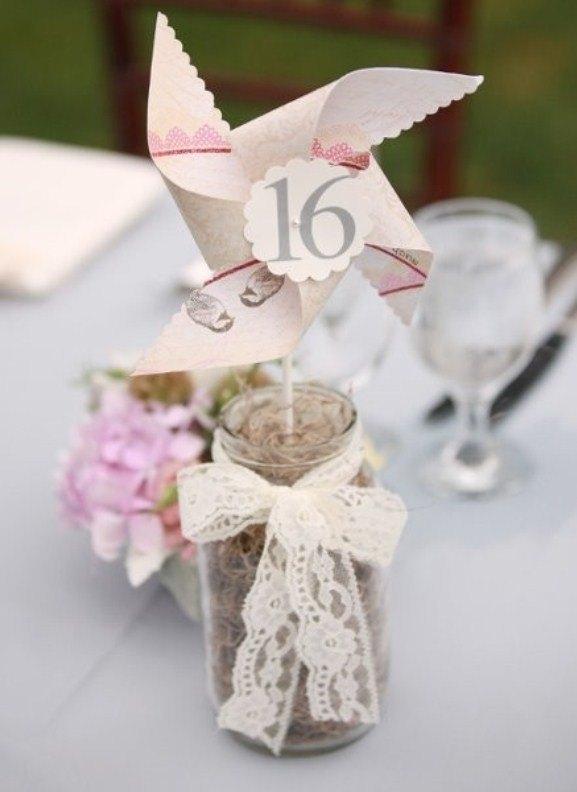 centros de mesa con molinillos de papel