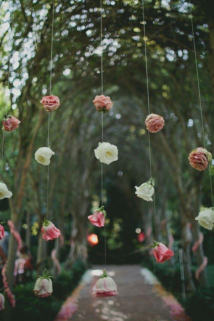 Ideas para decorar tu boda con guirnaldas de flores for Como hacer adornos con plantas artificiales