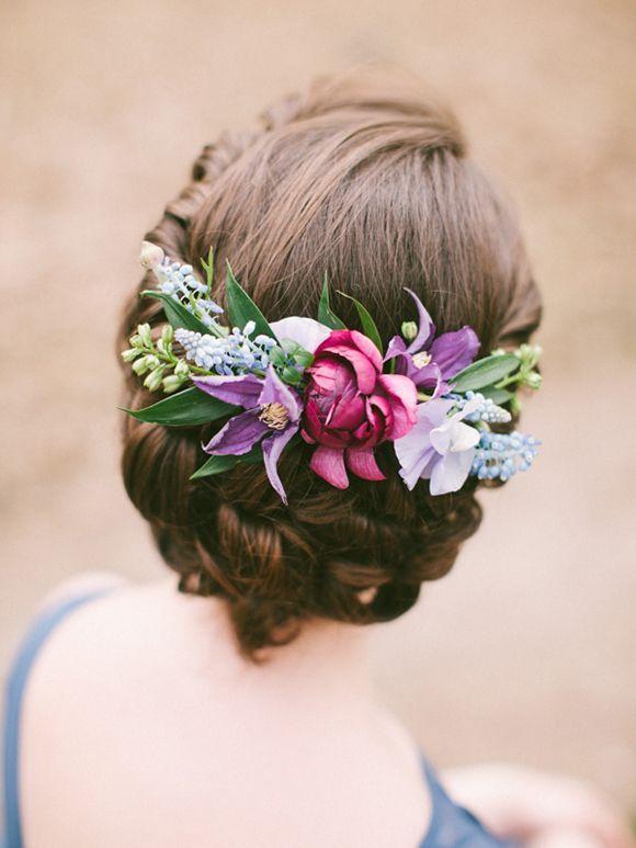 recogido para novias e invitadas con flores
