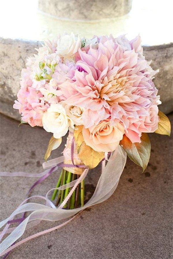 ramo de novia con dalias en tonos pasteles