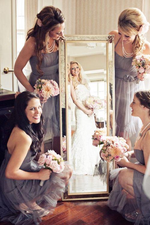 damas de honor ayudan a la novia