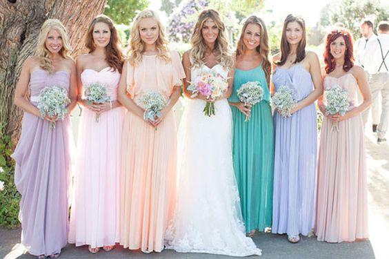 damas de honor con mismo vestido diferente color