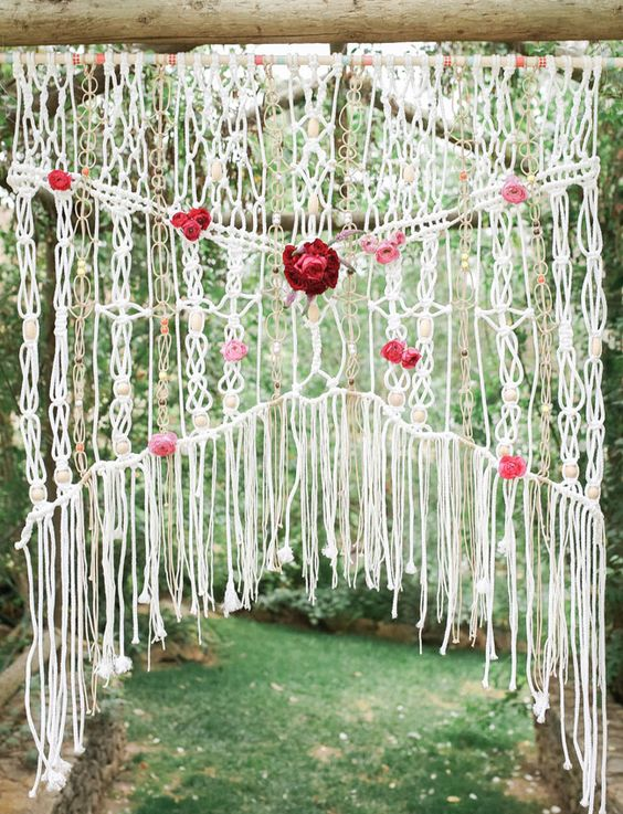 boho macrame ceremony backdrop with fresh flowers - Inspiración con Macramé para Bodas Bohemias