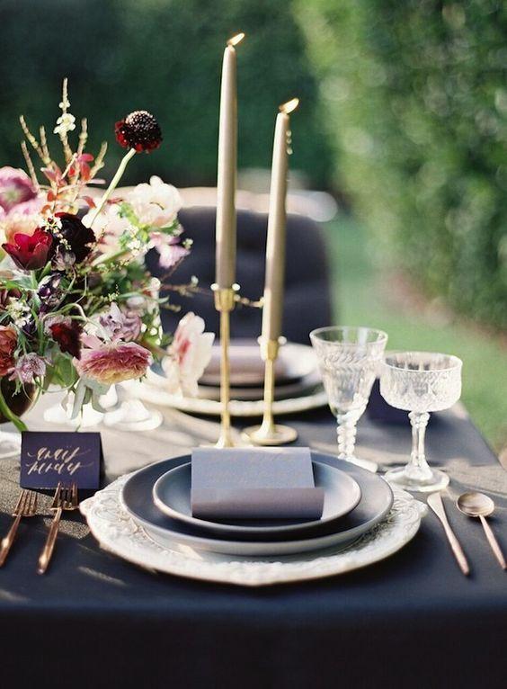 colores azul y marsala para mesa boda