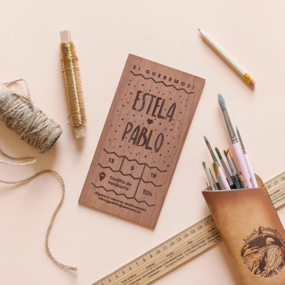 invitacion de madera puntitos 1 - Invitaciones Originales para Bodas: en Madera