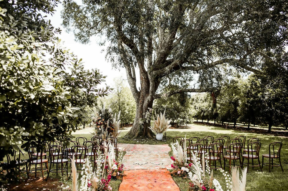 decorar la ceremonia de una boda bohemia con alfombras - Ideas para la Decoración de Bodas Bohemias