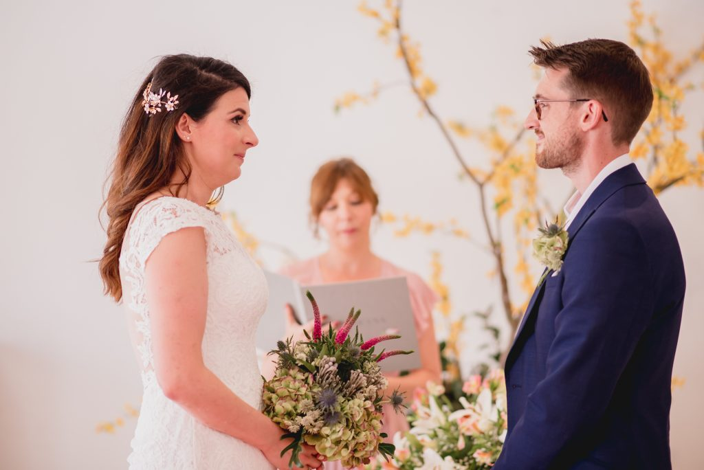 proveedores imprescindibles para una boda: oficiante de bodas
