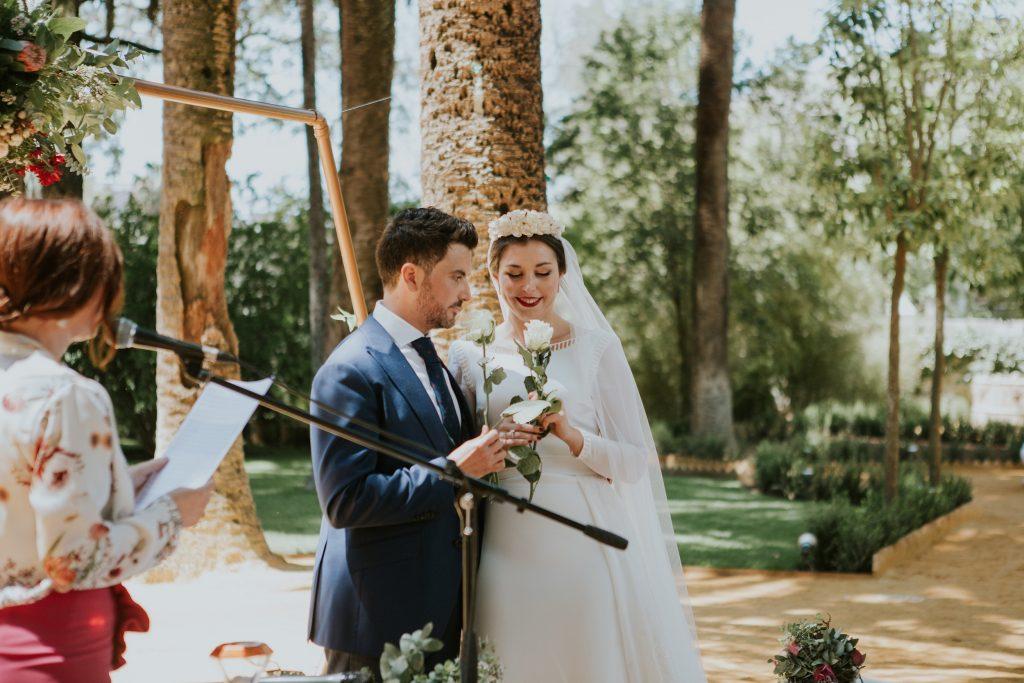 oficiante de bodas Sevilla ritual de las rosas - Oficiante de Bodas en Sevilla (Diana Lacroix)