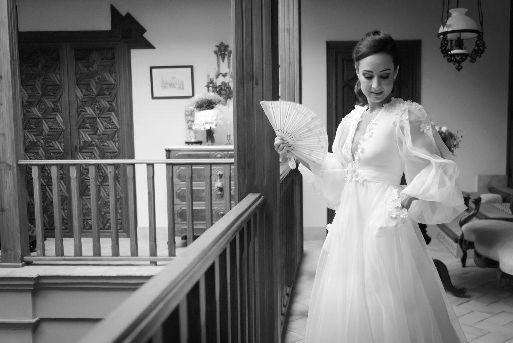 07 novia peinandose casa padres - ¿Dónde me Arreglo el Día de mi boda?
