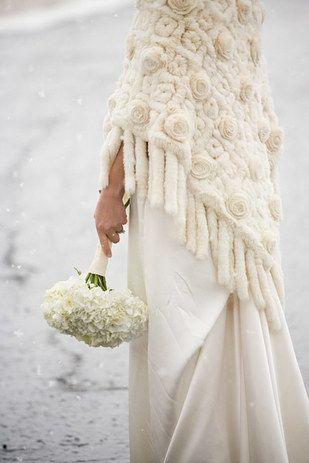 Look de novia de invierno con manton con flecos