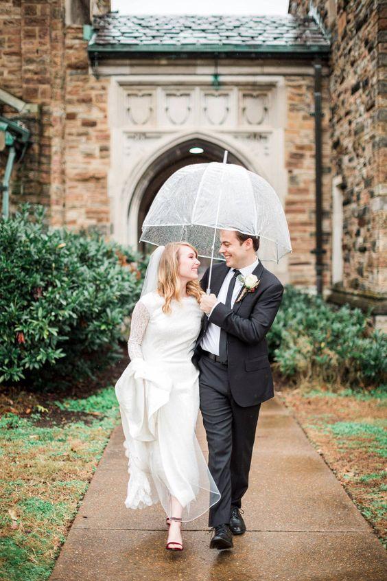 look de novia de invierno con paraguas