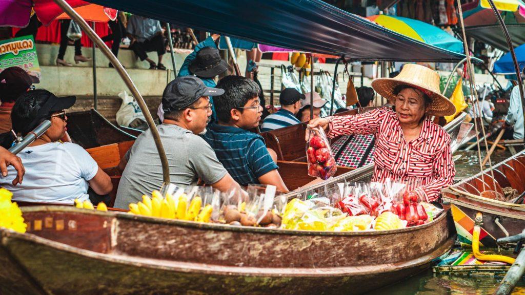 que visitar en Tailandia mecado flotante - Organiza tu Viaje a Tailandia con esta Guía: Qué Ver, Qué Hacer y Qué Comer